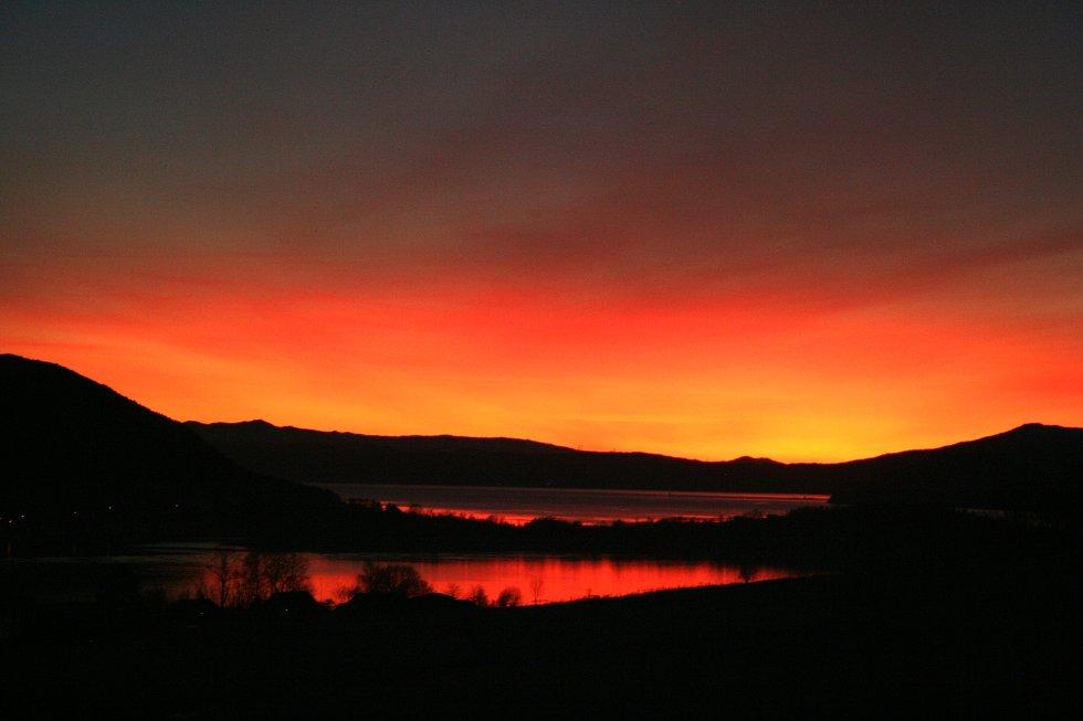Solnedgang fra Rosendal. Utsikt mot Tysnes.                  (Foto: Ørjan Solheim)