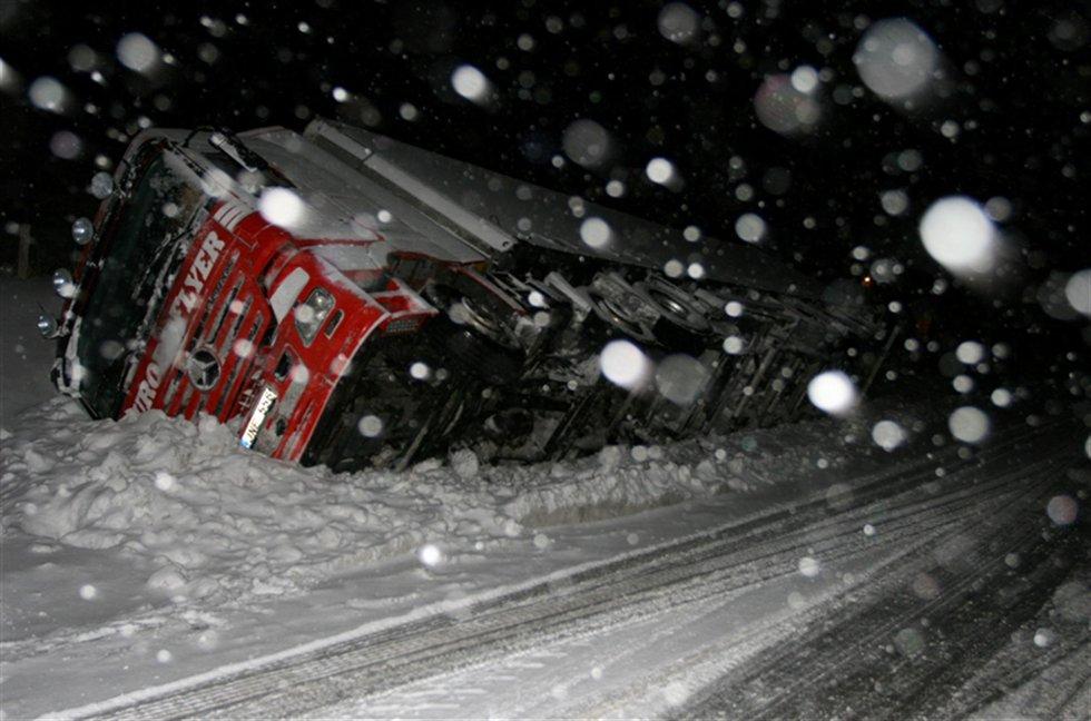 Heldig sjåfør:  Traileren la seg pent over på siden i snøen ved Innset, og sjåføren kom fra uhellet uten fysiske skader. Foto: Tore Aasheim