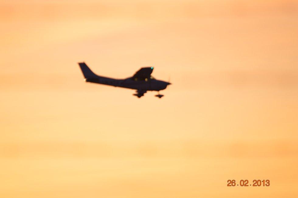 Tirsdags kveld ved Flesland, småfly på vei til landing.  (Foto: Rune Birkeland)