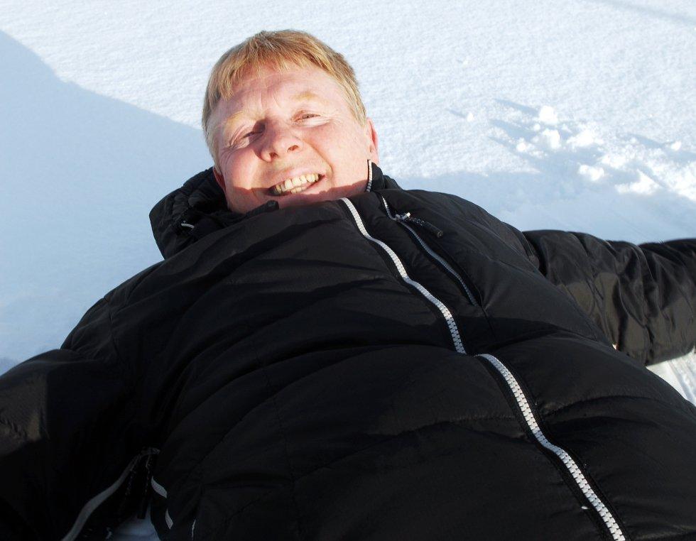 Arild Fredriksen lager gjerne engler i snyen som takk for alle bidragene til skianlegget på Stokmarknes.
