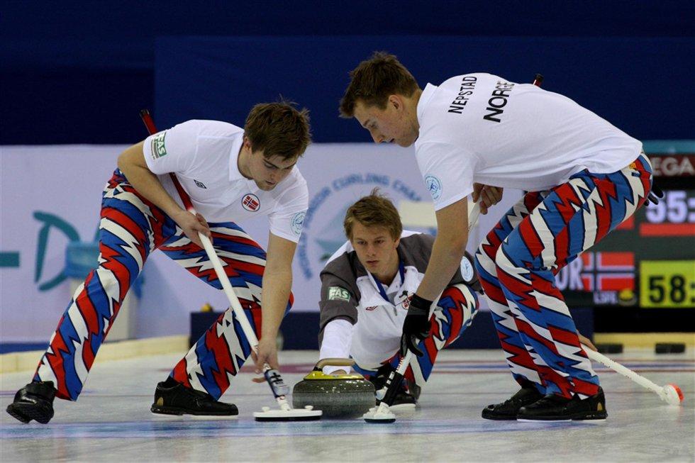 UNDER PRESS:  De norske curlinggutta er under press, nå må de vinne to av tre kamper for å komme til sluttspillet. Foto: Richard Gray