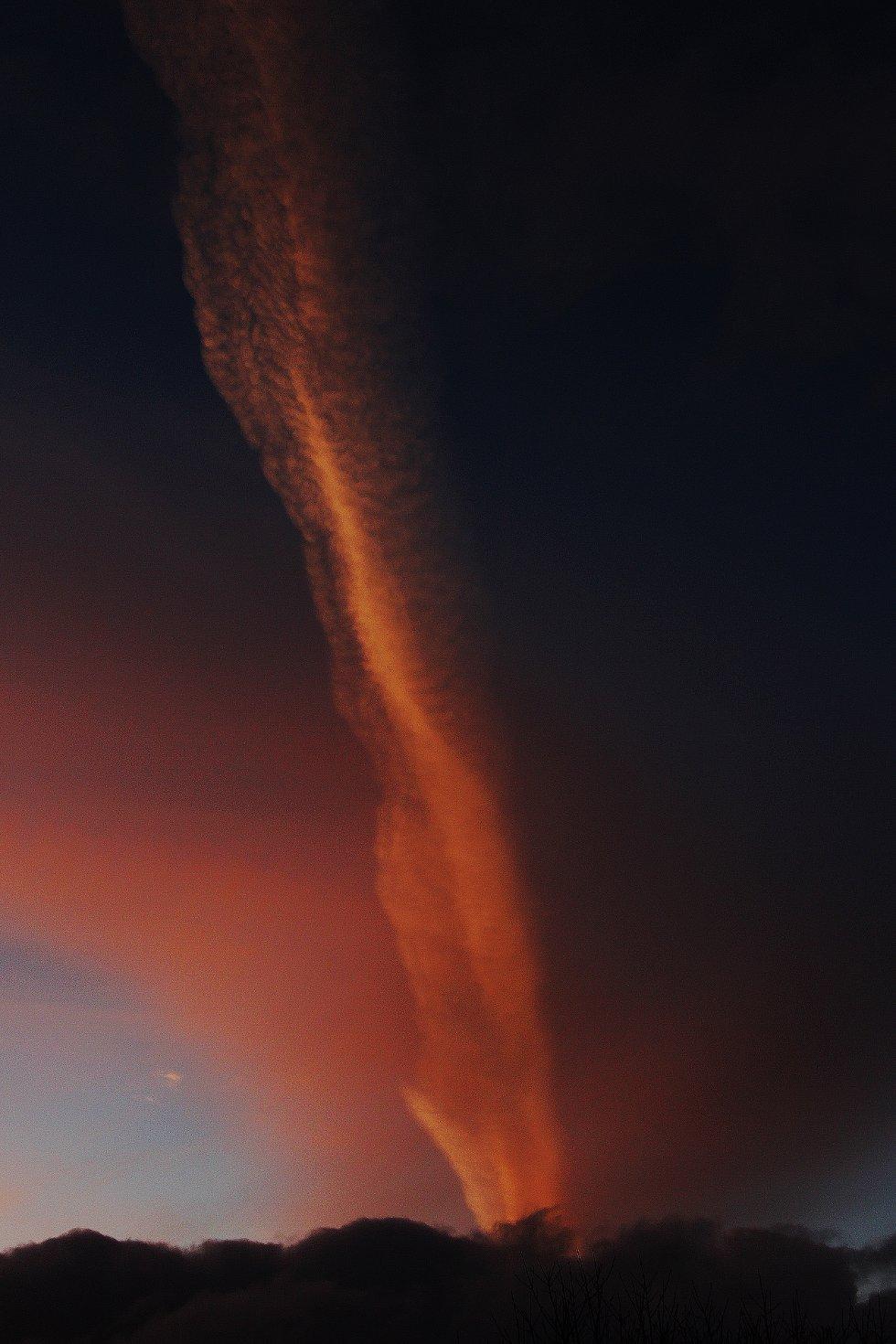Denne artige skyformasjonen kunne sjåast over Landås ved  solnedgang fredag kveld.                                   (Foto: Inge Audun Røssland)