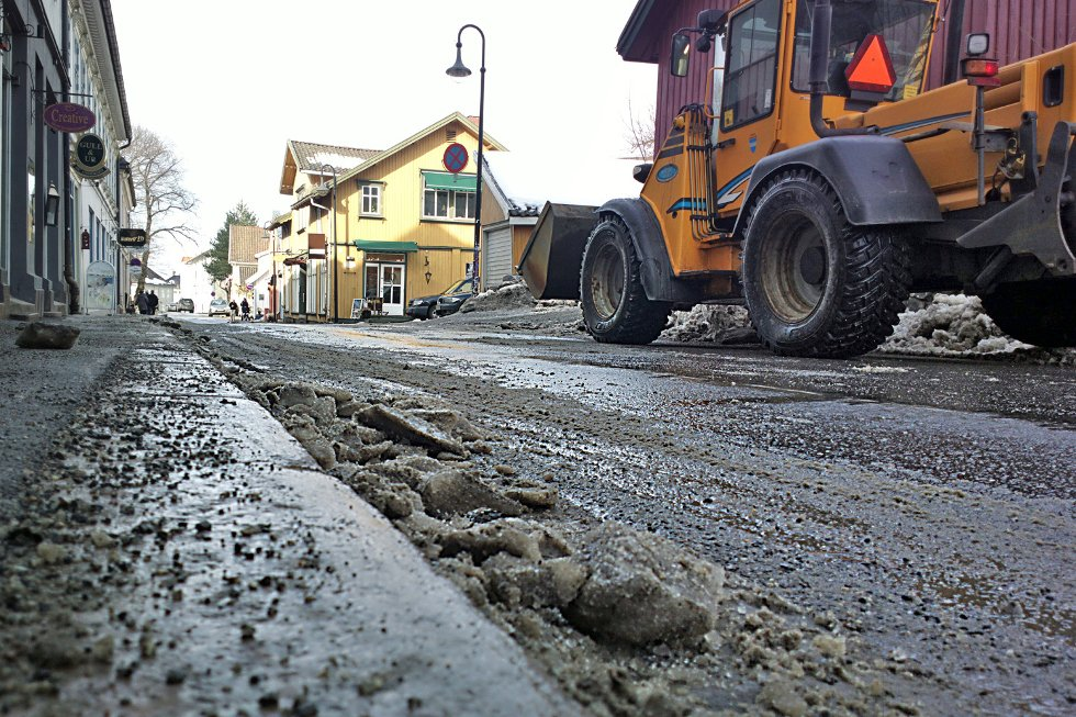 Issvullene langs fortauskantene har ingen sjans til å stå imot denne doningen fra Frogn kommune.