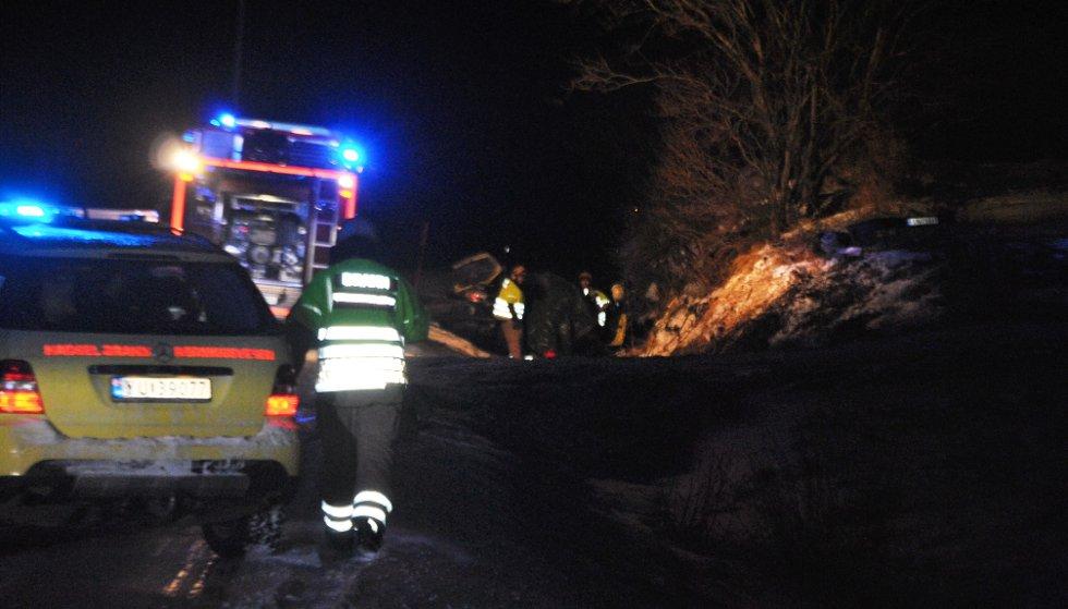 Nødetatene arbeidet fremdeles på ulykkesstedet på fylkesvei 82 ved Lekang ved 23.30-tida tirsdag kveld.
