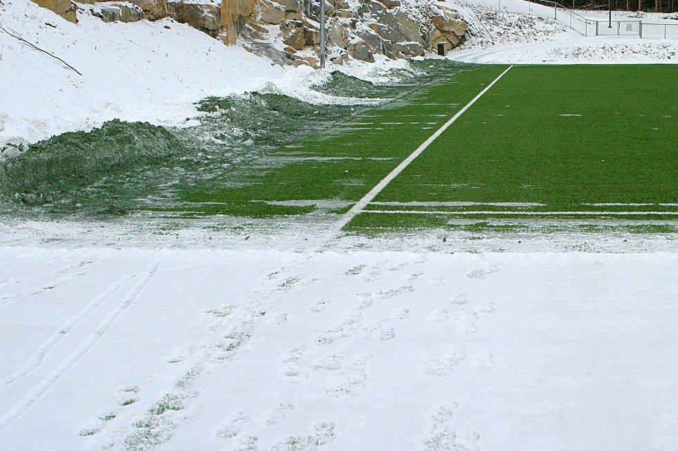 Dette bildet ble tatt før snø og is dekket hele kunstgressbanen. I dag er banen fullstendig isdekket, trolig med dyp tele nedover i massene som dessverre holder på vannet.