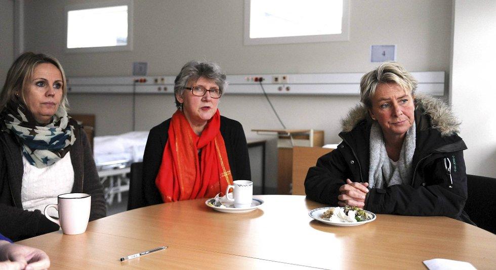 Lise Mikkelsen (til høyre) og Tone Lerøen (til venstre) har valgt å søke seg bort fra Fyllingsdalen sykehjem. ? Vi får altfor liten tid til sykepleie-faglige oppgaver, sier tillitsvalgt Bente Fløisand-Larsen (i midten).