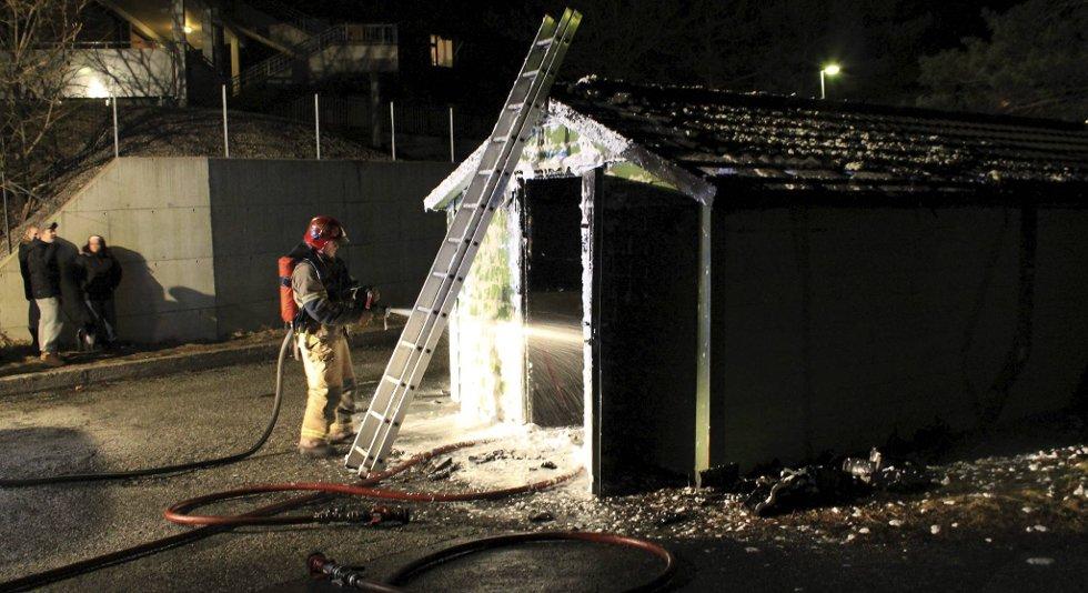 Brannvesenet fikk raskt slukket brannen i bosshuset.