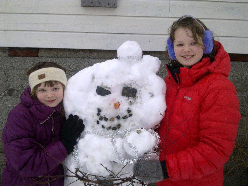 Austrheim /  Nina og Hanne  med snømannen Kalle ! (Foto: Marit Øksnes)