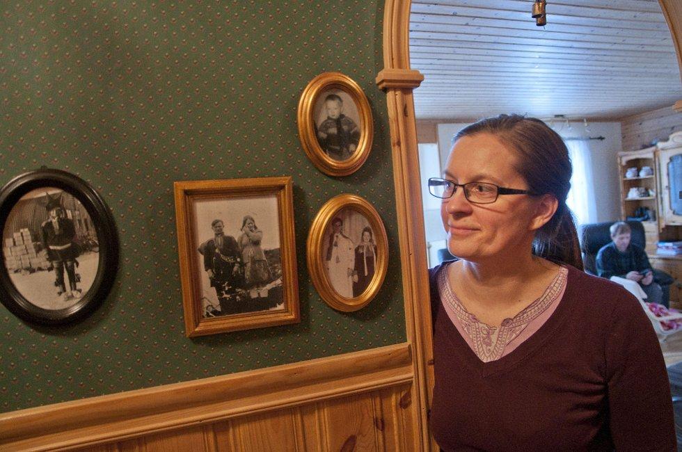 Til venstre henger bildet av Mette Anti Gaups far og i midten henger bildet av foreldrene til mannen Klemet John Gaup. ? Som reindriftssamer føles det godt å ha forfedrene våre med oss i alt vi gjør. Hvordan det nå blir, er det ingen som vet, sier Mette.