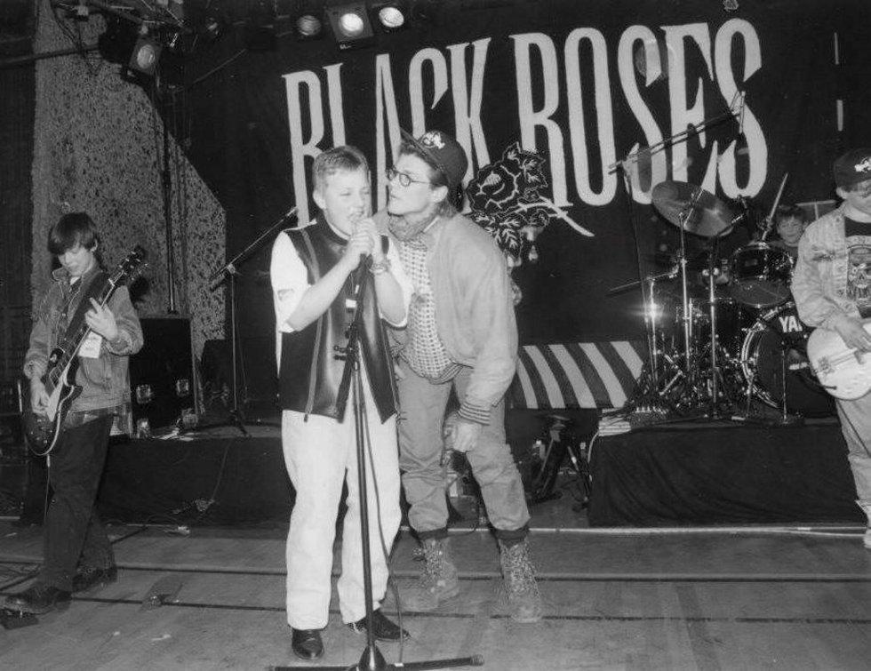 MED HARKET PÅ SCENEN: Bandet Black Roses på scenen med Morten Harket på Rock mot Rus i 1993.