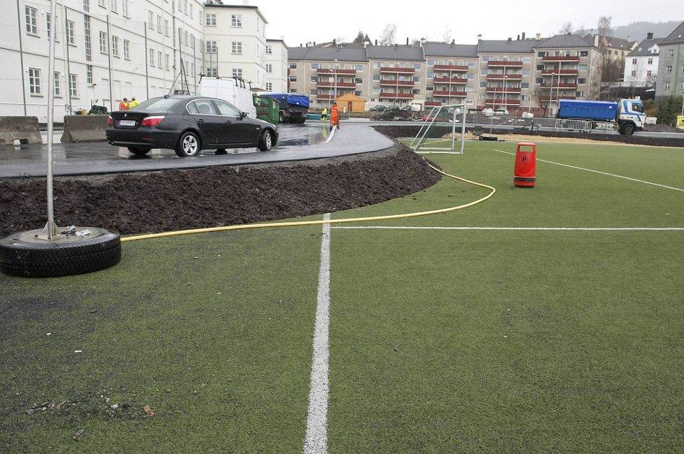 Helse Bergen har laget en vei over fotballbanen.