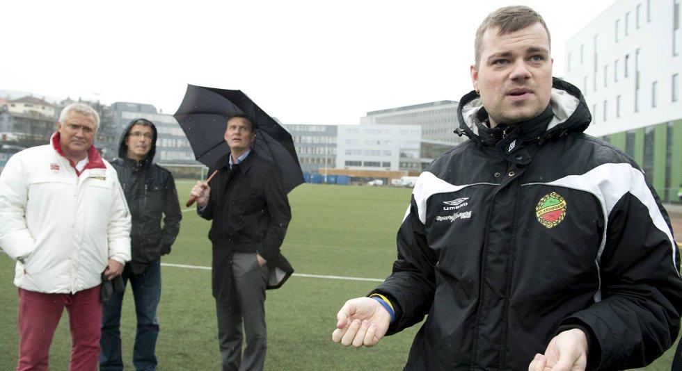 Radney Thomsen, styreleder i Ny-Krohnborg IL, er opprørt over at banen kuttes uten av de får beskjed. I bakgrunnen er leder av Idrettsrådet Roar Andersen, Steinar Bergsvik fra Idrettservice og idrettssjef Terje Reistad.