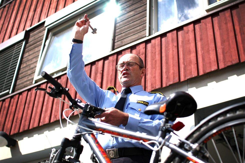 AUKS   JONARIUS:  Førstepolitibetjent Per Christiansen sørget for at auksjonen gikk for seg som den skulle. Foto: Fredrik Mellemseter