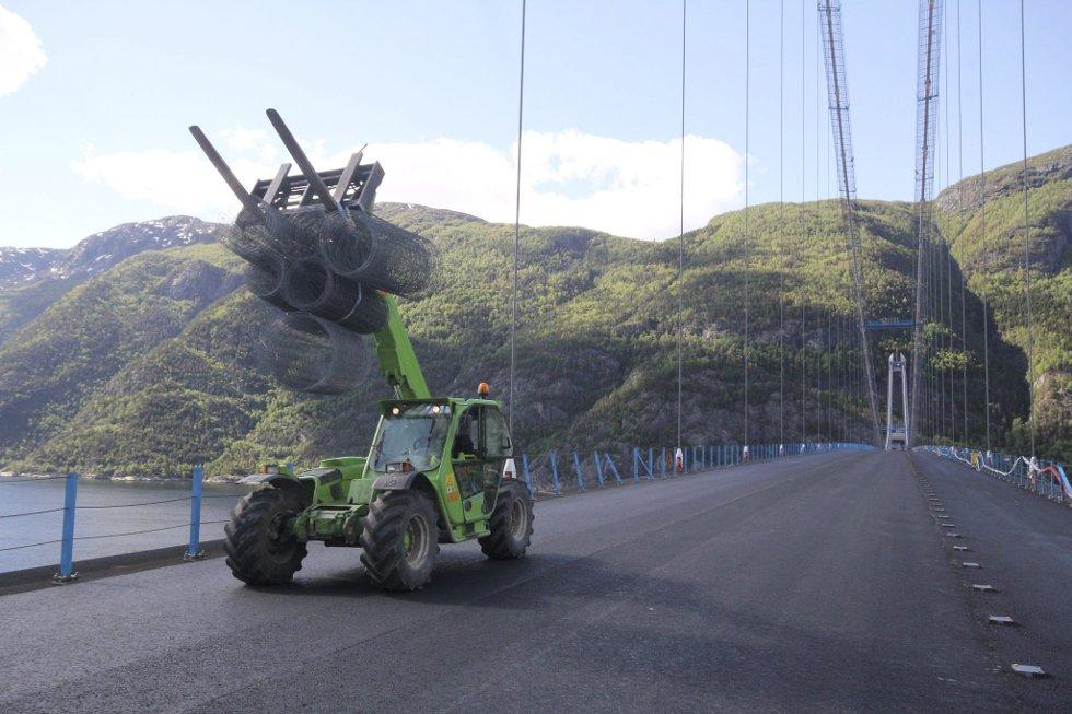 Asfalten på Hardangerbrua var ferdig lagt då HF var på Hardangerbrua måndag.