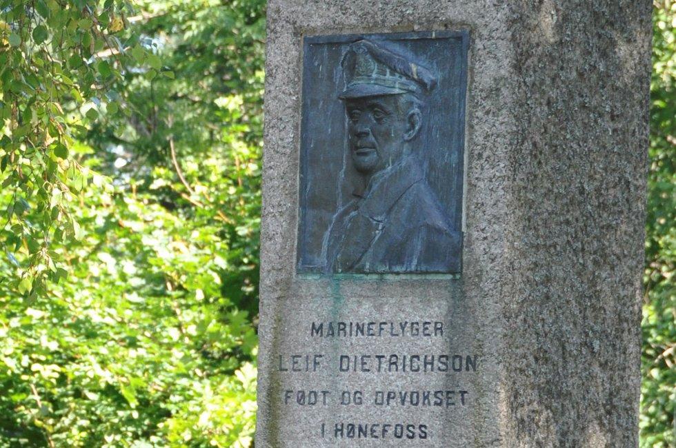 Minnesteinen i Søndre Park blir ikke flyttet.