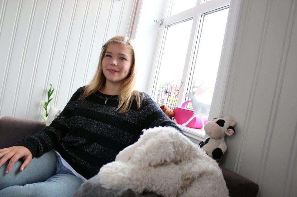 KLAR FOR SKJERMEN: Camilla Aanonli (13) fra Skedsmokorset spiller Jenny i «Hotel Cæsar», en rolle som finner på mye sprell, skaper en del familiekrangler og roter seg bort i mye rart. Aanonli forteller at de er ganske ulike, men at hun som privatperson også kan være litt gæren.Foto: Ida Moseng