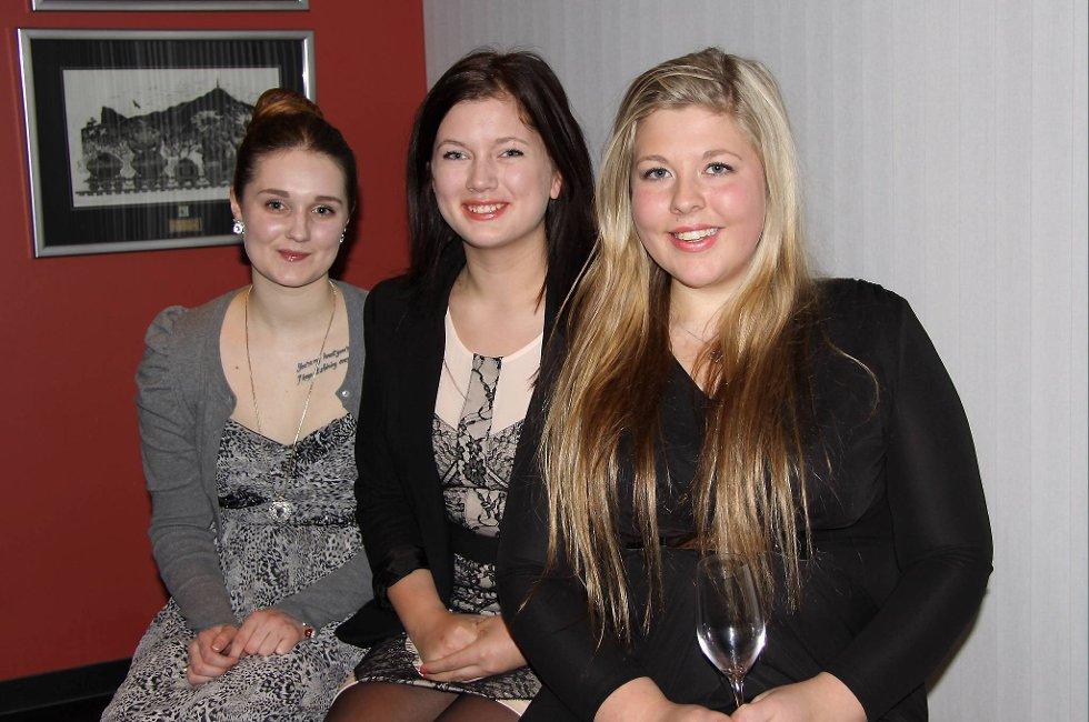 Sara Therese Jensen (servitør), Hilde Sæbjørnsen og Linn Mari Kristoffersen (begge resepsjonist) fikk utdelt fagbrevet sitt på lørdag.  kveld.