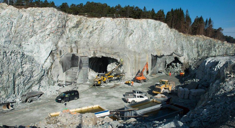 Her i Dolviken bygges det en enorm grop og to hull. Bybanen skal gå over.