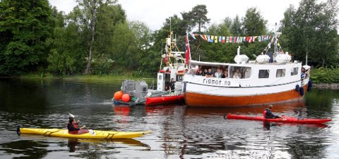 Flere typer båter å se på Sandvikselva søndag ettermiddag.