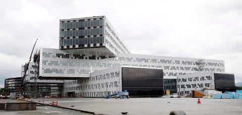 KOLOSS: At kommunens egne politikere ikke anser reguleringsbestemmelsene som absolutte, viser behandlingen av Statoils nye bygg. Det ble en koloss på ni etasjer, til tross for krav om byggehøyde på maksimal fem etasjer over hele Fornebu. FOTO: KARL BRAANAAS