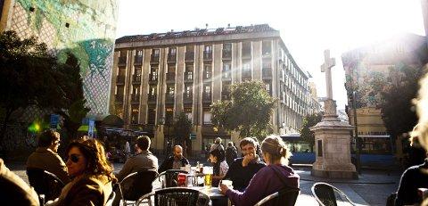 Selv i februar kan sola varme såpass at man kan nyte kafélivet utendørs.
