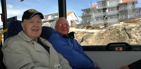 Ragnar Amundsen (til venstre) tok første tur med daværende mosseordfører Paul-Erik Krogsvold i 2011. Amundsen var glad da han fikk utvidet busstilbudet. Det viste seg at ikke alle beboere var like glade for den nye løsningen. I dag sitter beboerne uten busstilbud og Amundsen er lei seg for at det hele slo så feil. Foto Kjersti Halvorsen