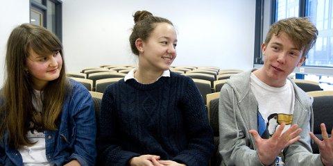 Sindre Hansen setter pris på å få leke seg på videregående. Her sammen med Ylva Greni Gulbrandsen (t.v.) og Venil Buggeland Sælebakke.
