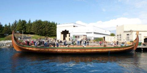 Tirsdag ble det 35 meter lange vikingskipet «Draken Harald Hårfagre» sjøsatt i Haugesund.