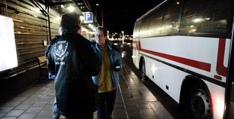 Hver dag legger busslaster med turister ut på flere timers lange turer fra Tromsø på jakt etter de beste nordlysforholdene.