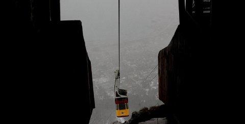 En mulighet om du vil oppleve nordlyset over Tromsø er å ta gondolbanen som ligger et par kilometer utenfor sentrum.
