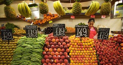 Frukt og grønnsaker av alle slag ser ekstra fristende ut i Mercat de la Boqueria.