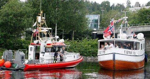 redningen er nær: Her er Uni Oslofjord kommet frem til Rigmor som står på grunn. FOTO: KARL BRAANAAS