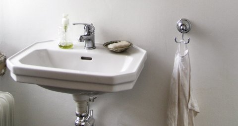 Eldre håndvasker hadde ofte litt profiler og kanter som bidro til å hindre vannsøl.