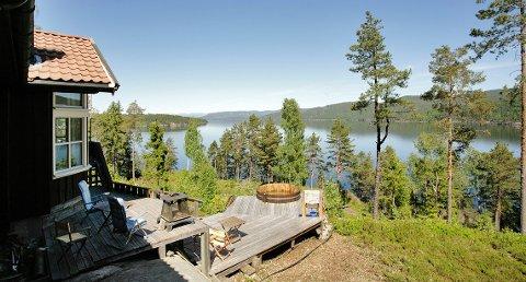 Denne perlen av en hytte i Ulefoss i Telemark har en prisantydning på 1,85 millioner kroner.