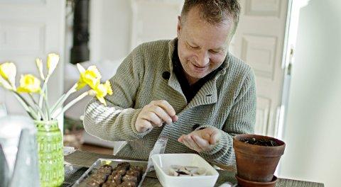 Arild Sandgren (44) har skrevet den nye boka «Norsk hagekalender».