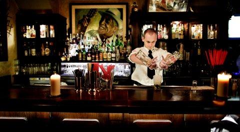 Michal Bobula mikser drinker i Havana Café, som er innredet etter to barer i, La Floridita og La Bodeguita del Medio, Ernest Hemingways favoritter i Havanna.