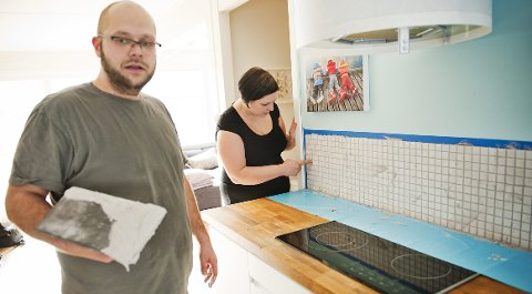 John Ingar Ek Boine og kona Siw Boine har lagt på nye fliser over kjøkkenbenken så det skal se flott ut til visning.