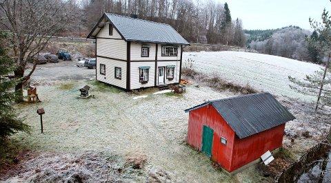 Denne gamle vokterboligen for tunnel og jernbanelinjer ved Bøn i Eidsvoll kommune i Akershus er til salgs for 1,6 millioner kroner.