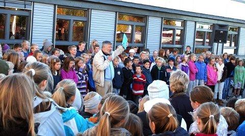 MIDTPUNKT: – Om to år lager vi et nytt prosjekt. Så får vi ser hvilke temaer det blir, sa rektor Svein Dyrhaug da han lanserte kokeboken «Jeg vil bygge mitt land» på Eiksmarka skole. ALLE FOTO: FREDDY NILSEN