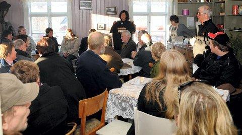 Det var ikke en ledig stol på Tjura-torget. I midten bak, festivalsjef Helén Evenstad. (Foto: Sverre Viggen)