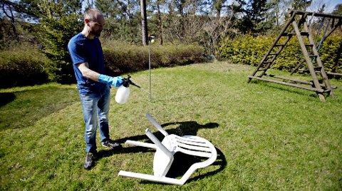 Husvask er et mildere vaskemiddel og kan brukes på husvegger, utemøbler og terrasser som ikke skal behandles etterpå.