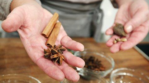 Hel kanel og stjerneanis er gode gløggkrydder. Det er også nellikspiker, anisfrø, allehånde, kardemommekjerner og vanilje.