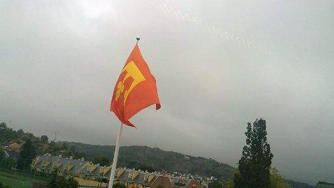 Slik flagget de skoleåret i gang, med Vestfolds fylkeskommunevåpen, utenfor hovedinngangen mot Krokemoveien ved Sandefjord videregående skole. Bildet er tatt ut vinduet i tredje etasje ved skolen.