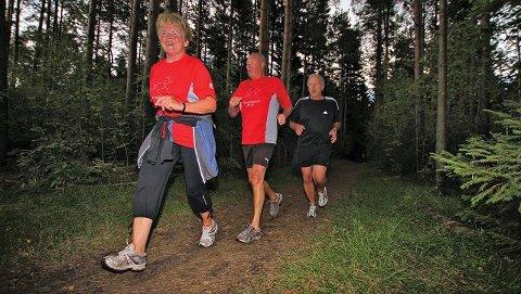 Turid Bergerøy, Roar Bergerøy og Kåre Larsen i Tirsdagsløpet, som passerer gjennom Husebyskogen naturreservat etter snaue to kilometer.