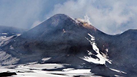 Etna, Sicilias store vulkan, er en av verdens mest aktive.