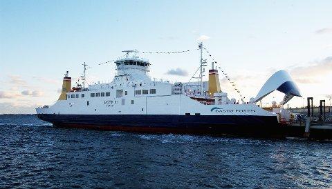 «Bastø III» måtte forlate kai for å sjekke en båt som hadde lekt i bølgene.