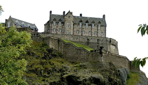 Edinburgh Castle troner på en klippe over byen.