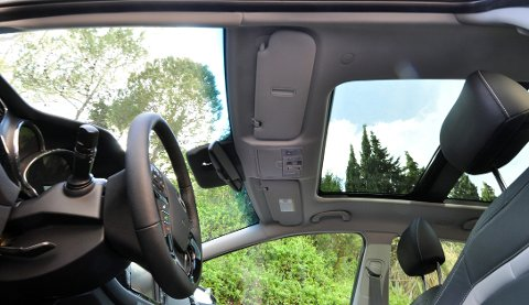 Stor frontrute og glasstak gir mye lys inn i bilen.