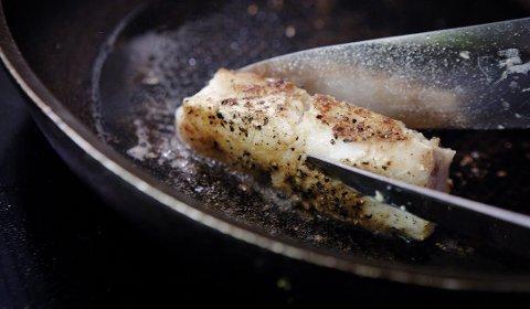 Fiskestykket Steine steker til seg selv, skal legges på en tredel av en liten tallerken.