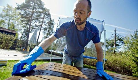 Med en medium grov skurepad skrubber Jordans Helge Bod Vangen vekk det som har festet seg på hagebordet.